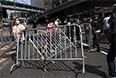 Выступающие против протестов гонконгцы помогают убирать баррикады.