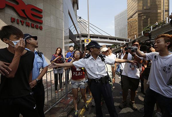 Полицейский не дает перерасти жаркому диалогу между участниками гонконгских событий в нечто большее.