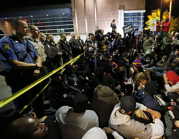 Сотни жителей Фергюсона вышли к полицейскому участку, чтобы заявить о своем протесте против полицейского насилия.