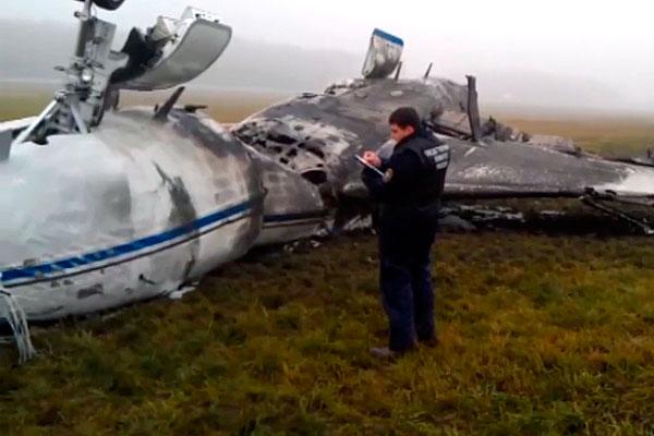 Самолет Falcon вылетал из Москвы в Париж и во время взлета столкнулся со снегоуборочным автомобилем, после чего разрушился и загорелся.