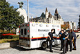 Как минимум один человек пострадал в результате стрельбы, открытой в центре столицы Канады - города Оттавы. Здание парламента, рядом с которым произошла стрельба, было оцеплено полицией.
