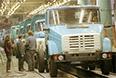 """Акционерное московское общество было основано 2 августа 1916 года. Выросший на его базе ЗИЛ в сентябре 1992 года вновь был акционирован. Основная продукция """"АМО-ЗИЛ"""" - грузовики среднего класса с бензиновыми и дизельными двигателями, способные работать при температуре от -50 до +50 градусов, на асфальтобетонных магистралях и грунтовых дорогах. На снимке: главный конвейер """"АМО-ЗИЛ"""", 1993 год"""