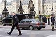 Неизвестный мужчина открыл огонь из винтовки возле расположенного в центре Оттавы Национального военного мемориала Канады.