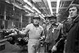 Летчик-космонавт СССР Алексей Леонов (слева) и посол Кубы в СССР Агирре Дель Кристо (в центре) в одном из цехов автозавода ЗИЛ. 1980 год
