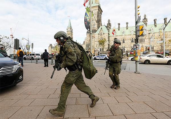 По данным полиции Оттавы, в среду, 22 октября, стрельба была открыта в трех разных местах, которые находятся меньше чем в километре друг от друга: у Национального военного мемориала, в парламенте и вблизи него, а также около торгового центра Rideau Centre.