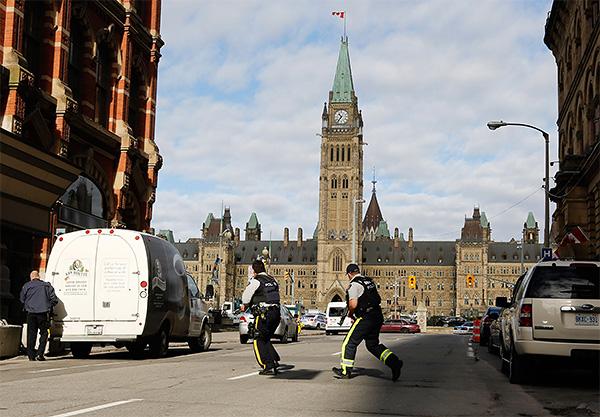 Полицейские застрелили мужчину, открывшего стрельбу у канадского парламента в Оттаве.