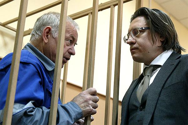 """В ходе заседания Мартыненко сообщил, что сотрудничает со следствием, не имеет загранпаспорта и не собирается скрываться. """"Я чувствую и знаю, что никуда не денусь. Я сотрудничаю со следствием. Я чувствую, что причастен к этому происшествию. Мне сейчас очень тяжело"""", - сказал Мартыненко. Он добавил, что не собирается угрожать свидетелям."""