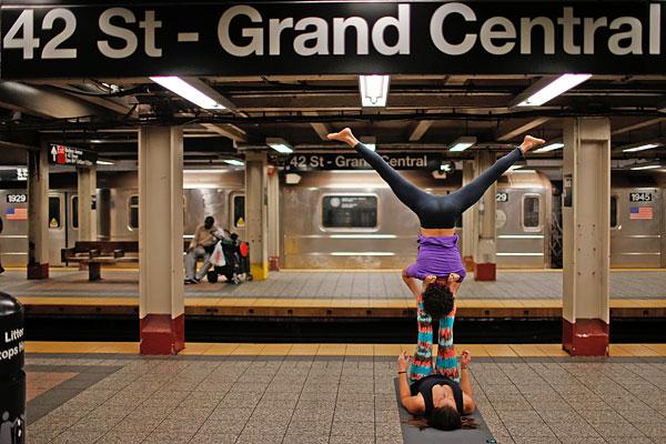 Акройога в Нью-Йоркском метро.