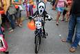 Школьник в маске и костюме перед началом празднования Хэллоуина в Маниле.
