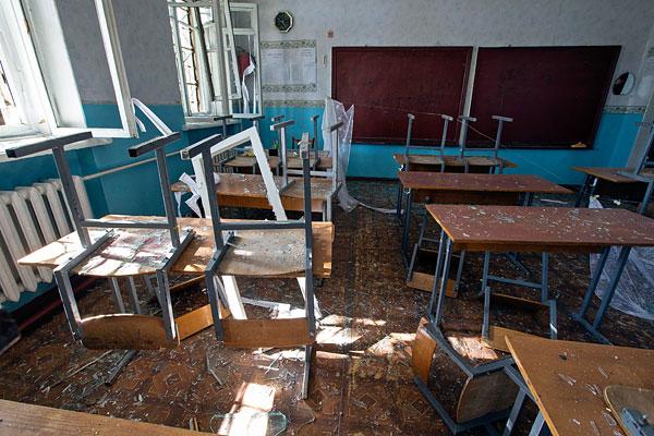 Взрывная волна выбила оконные блоки первого и второго этажей, осколки повредили часть фасада здания.