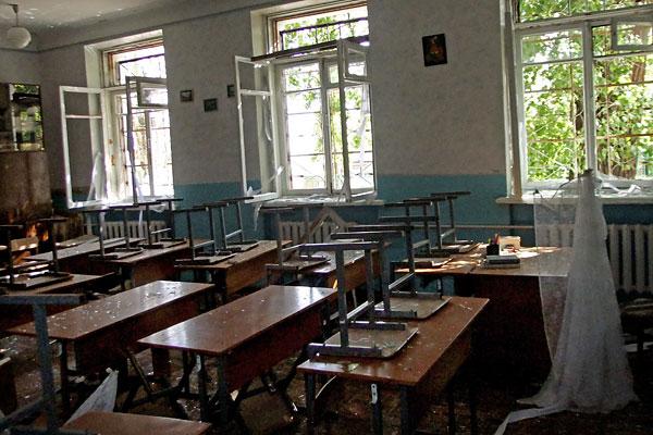 Еще один снаряд попал в донецкую школу №57 в первый день учебного года, который в ДНР начался с опозданием на месяц.