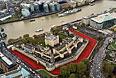 """Лондонская полиция периодически выкладывала в твиттер снятую с воздуха """"реку"""" из красных цветов вокруг Тауэра. Это фото было сделано незадолго до завершения """"высадки"""" всех маков."""