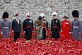 """Каждый из красных маков символизирует одного из погибших солдат Британской империи. Последний, 888246-й по счету цветок, в день окончания Первой мировой войны """"посадил"""" 13-летний слушатель военного училища Гарри Хэйс."""