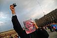 Участник акции протеста в центре Мехико.