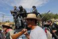 Полицейские и протестующие на улице одного из мексиканских городов.