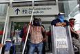 Протестующие блокируют вход в здание аэропорта в Акапулько.