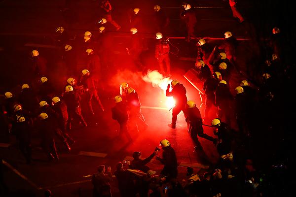 В беспорядках получили травмы 32 человека, 12 из них - сотрудники полиции.