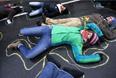 Люди изображают жертву во время акции протеста против полицейского насилия в Фергюсоне.