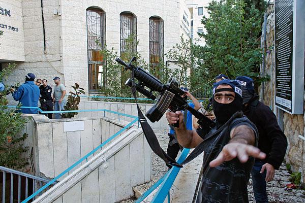 Израильский полицейский на территории синагоги.