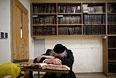 Верующий в здании иерусалимской синагоги, в которой было совершено нападение на прихожан.