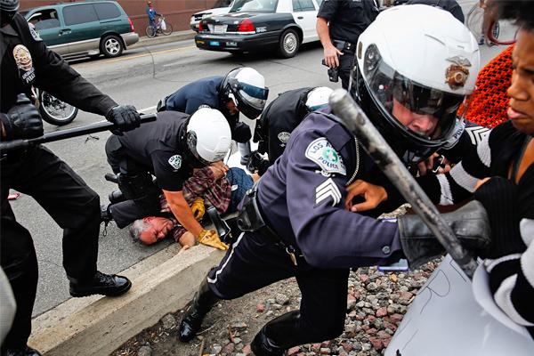 Задержание одного из участников митинга в Лос-Анджелесе