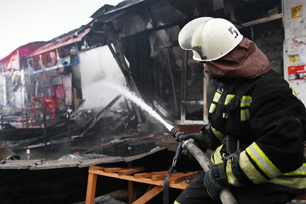 Тушение пожара в торговом павильоне у Дома печати, где прошла спецоперация по нейтрализации боевиков