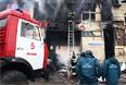 Сотрудники МЧС и пожарные борются с огнем, охватившем торговые помещения