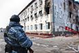 Сотрудник правоохранительных органов у здания школы №20, где скрывались боевики