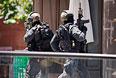 Полицейские на территории торгового центра Martin Place, где располагается кафе Lindt