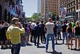 Люди собрались за полицейским кордоном