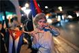 Не для всех вчерашняя весть была радостной. На фото - противница режима Кастро из числа кубинских беженцев, которая вышла на демонстрацию в Майами. Против восстановления отношений с Кубой уже высказались некоторые представители Конгресса США.