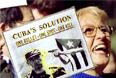 В 1996 году США ввели дополнительные санкции против иностранных компаний, торгующих с Кубой, в ответ на то, что кубинцы сбили два частных американских самолета. Гавана заявляла, что воздушные судна вторглись в воздушное пространство Кубы. На этом фото демонстрантка в Нью-Йорке требует смерти Кастро.