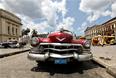 Как известно, по улицам Гаваны и других кубинских городов ездит большое количество ретроавтомобилей. Преимущественно это машины, выпущенные в США в пятидесятых годах прошлого века. Экономическая блокада Кубы привела к тому, что после революции в 1959 году автомобильная техника практически не ввозилась, так что старинные автомобили служат в качестве транспорта своим владельцам, а также используются как такси. Кубинское правительство открыло страну для импортных машин еще в 2013 году, однако именно заявление США о начале нормализации торговых отношений с Кубой вселило во многих уверенность, что Остров Свободы вскоре лишится одной из своих самых характерных особенностей.