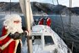 """Члены яхт-клуба """"Шкипер"""", одетые в костюмы Деда Мороза, отмечают конец парусного сезона на реке Енисей, Красноярск"""