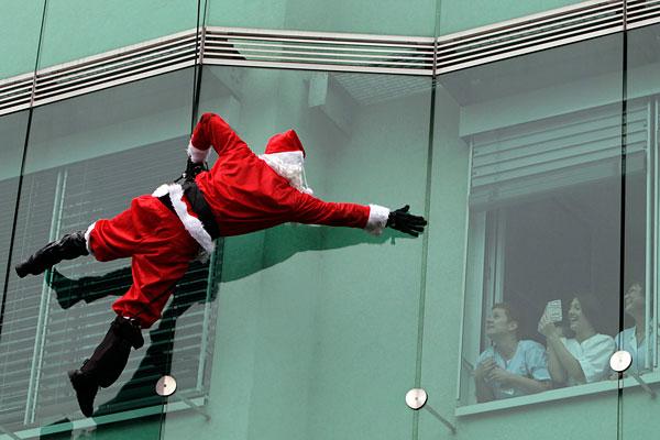 Санта-Клаус спускается с крыши педиатрической клиники в Любляне