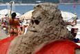 Песчаный Санта на пляже Копакабана в Рио-де-Жанейро