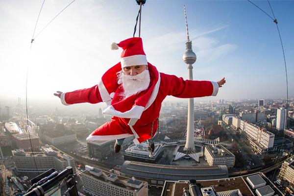 Парящий на высоте 98 метров Санта на вершине отеля в центре Берлина