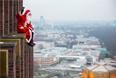 Немецкий Санта расположился на башне Кольхоффа на Потсдамской площади в Берлине