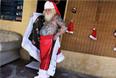 Бразильский Санта Витор Мартинс, 94% тела которого покрыты рождественскими татуировками, готовится к работе