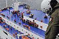 Капитан судна принял решение об эвакуации пассажиров. Спасательные работы затруднены из-за шторма.