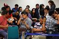 Родственники и близкие пассажиров собрались в аэропортах индонезийского города Сурабая и Сингапура, ожидая известий о своих родных.