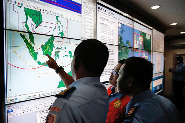 Последний раз диспетчеры общались пилотом самолета Airbus-320-200, выполнявшим рейс из Индонезии в Сингапур, в 06:17 по местному времени, когда командир лайнера запросил разрешение на изменение маршрута.