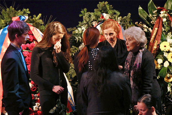 Актриса Вера Васильева (справа) и родственники Елены Образцовой на церемонии прощания