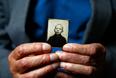 Стефан Сот держит в руках свою фотографию, сделанную до войны. Во время Варшавского восстания в августе 1944 года 13-летний Стефан был отправлен в лагерь в Прушкуве, а затем в Аушвиц-Биркенау. Позже его перевели в трудовой лагерь к югу от Освенцима, где он работал на кухне для офицеров СС.