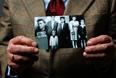 Яцек Надольне держит в руках фотографию своей семьи. Яцеку было всего 7, когда он вместе с родственниками был отправлен в Освенцим. В январе 1945 года семью перевели в трудовой лагерь в Берлине.
