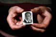 Выжившая узница лагеря смерти Барбара Дониецка держит в руках свою фотографию. Ей было 12 лет во время Варшавского восстания, когда она вместе с матерью была отправлена в Освенцим.