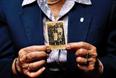 Бывшая узница концентрационного лагеря, 82-летняя Мария Строинска, держит в руках семейную фотографию, сделанную до войны. Марии было 12 лет, когда во время Варшавского восстания она и ее сестра были отправлены в лагерь в Прушкуве, после чего ее одну переправили на поезде в Освенцим.