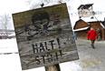 """Табличка """"Стой!"""", сохранившаяся на территории бывшего немецкого концентрационного лагеря Аушвиц"""