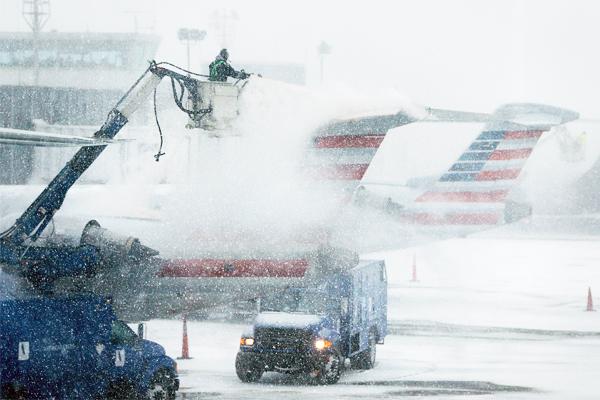 К утру вторника в США было отменено 2832 авиарейса, 67% из них - в нью-йоркском аэропорту Ла Гуардия