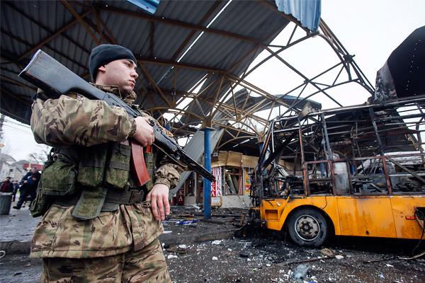 Разрушенные павильоны на автостанции в Донецке, где в результате попадания снаряда сгорел маршрутный автобус, 11 февраля